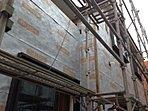 桧家住宅の断熱技術「Wバリア工法」(2)。外壁の内側にアルミを蒸着したシートを貼り、夏の暑い赤外線を70%以上カット。反射した熱は通気層で外へ排出し建物に熱がこもらないようになっています。