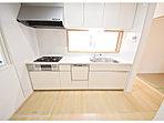 シンプルな色調のキッチンには、ママに嬉しい食洗器付き!