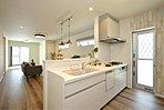 ≪モデルハウス≫キッチンから全体を見渡せるLDKはご家族との時間を共有するライフスタイルに最適。