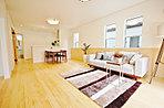 開口部がたくさん、広く陽当り・採光が室内にもあります。夏は涼しく冬は暖かく、木造2×4住宅でトップランナー基準の新築だから効果あり、健康と視界にもよいロハスをコンセプトの無垢材の新居。腰壁も無垢材
