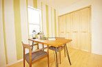 LDK隣接の洋室はアクセントクロスやアーチ壁で空間演出。棚付きの収納もあり可変性ある続き間。もちろん建具も無垢材。書斎、オーディオルーム、お子様コーナー、客間等の様々洋室にも演出しております。
