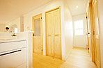 ちょうどよい場所に収納があるキッチンも広めの設計にて日頃のストレスがなくなります。洗面所も隣にて家事が忙しい時間にも便利。家族団欒型のリビング階段と全体バランスがよい新築