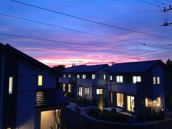夕暮れから日の入り間近の紫色の空に優しく灯る家の明かり・・・家族が待っている・・帰る場所がここにあります。