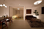 3号地モデルハウス夜間の写真です。ゆったりと和室でくつろぐもよし、リビングでくつろぐもよしとなっております。