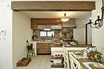 漆喰と可愛いキッチンの相性はばっちり!システムキッチンもタイルなどの使い方を工夫すれば、とってもナチュラルな印象になります。システムキッチンはやっぱりお手入れがしやすいですものね!【施工例】