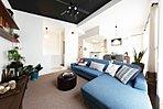 床を下げたリビングとキッチンが広々空間を演出。15号棟