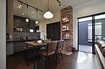 空間を有効利用して巧みなアイデアで満足感を与えるモダンな書斎。(当社施工例)