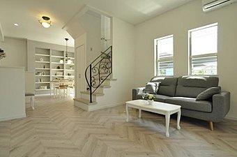 10月22日・23日、現地案内会開催!白を基調にした壁面、印象的な床材を採用したデザイニング感覚のLDKです。(19号地)