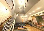 ダイナミックな吹き抜け構成のリビングルーム。キッチンや和室とのとの一体感で開放感を創出しています。(当社施工例)