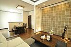 間接照明の効果で壁面を金色に輝かせた豪華さを漂わせたリビング。(当社施工例)