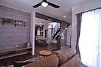 壁面の小窓がアクセントになってモダンな雰囲気を漂わせた対面式キッチンとダイニング!(5号地)