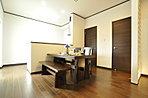 対面式のキッチンで機能性と利便性に配慮したなごみのダイニング。(当社施工例)