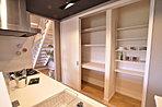 キッチンの壁面には可動式の収容棚を設定しているのでママも大助かり!(6号地)