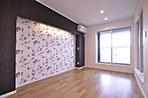 主寝室用の洋室は広い空間を確保して間接照明とクロスでアクセントを。(6号地)