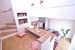 階段のステップフロアを巧みに利用したアイデアスペース。(当社施工例)