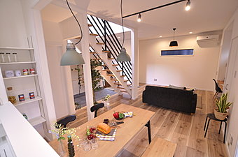 10月22日・23日、現地案内会開催!ダイナミックな吹き抜け構成のリビングルーム。キッチンや和室とのとの一体感で開放感を創出しています。(当社施工例)