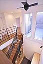 空間を引き締める美しい見せ梁でアクセントを与えたリビングルーム。(当社施工例)