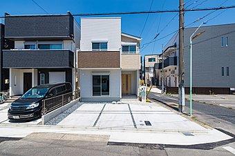 「B棟現地写真」駅近ながら駐車スペース2台、人気の4LDKに屋上庭園をプラス。プライベート性が高い新世代の「庭」です