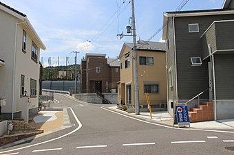 JR石山駅徒歩圏内。晴嵐保育園・幼稚園・小学校が徒歩7分以内の子育て安心の環境です。分譲地内に公園あります。