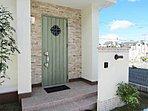 【施工例】家の顔である玄関ドア。デザインや色など自由に選んでいただけます。