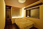 間接照明が演出する雰囲気のあるベッドルーム