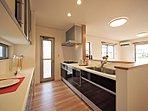 ゆったりサイズのキッチンは、収納スペースもたっぷり。ママに嬉しい食洗機・パントリー付きです。