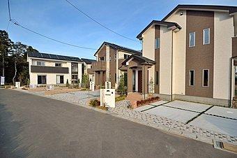分譲地外観 全棟4棟の分譲地。角号棟駐車場2台と広い庭が付いています。