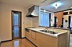 キッチンは吊り戸無のオープンキッチン。対面式でリビングを一望できます。 食器洗乾燥機付き、人造大理石天板、浄水器一体型水栓等の設備も付いています。