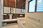 ユニットバスは1坪の大きさ。 おしゃれなアクセントパネルが目を惹きます。 魔法びん浴槽、ほっカラ床、浴室暖房換気乾燥機などの設備も付いたTOTOの商品を採用しています。