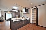 キッチンはオープンキッチンになっていて、開放感があります。