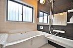 浴室に窓が付いているので、湿気の多い時期でも安心です。暖房・乾燥・涼風・換気の優れた4つの機能を備えています。