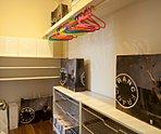 主寝室にウォークインクローゼットを設けました。衣類だけでなく、トランクなどの旅行用品の収納にも重宝します。(当社施工例)■案内予約 0120-777-130