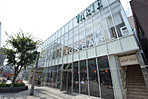 VARIE(現地より1820m)スターバックスやヴィドフランスなどの飲食系店舗が53店舗、ファッション関係26店舗が入っている人気の駅直結デパート。