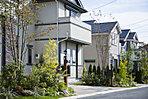 北米郊外をイメージした美しい街並みが完成。ゆとりの敷地計画は現地で確認を。(街並、平成27年11月撮影)
