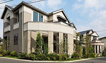 威風堂々とした格調高い邸宅を演出するバットレスをあしらった外観デザイン。(1号棟 2016年9月撮影)