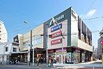 京王リトナード東府中 (現地より約880m)東府中駅ビル。保育園・書店・カフェ・クリーニングなどが入店していて便利です。