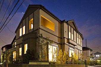 美しい家並みから温かい光がこぼれる、「帰りたくなる風景」は大規模開発ならではの魅力です。お子様の「故郷の風景」にふさわしい街づくりをめざしています(14号棟:平成28年9月撮影)。