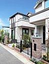 外観や外構など一邸一邸のデザインにこだわり、風格あふれる街並みを創り出します。(街並み写真:平成28年11月撮影)