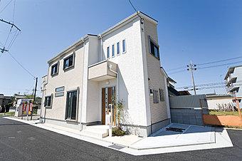 前面道路4m以上と広く、日当たり良好で間口の大きい現地モデルハウス完成です。お気軽にご見学くださいませ。