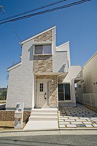 石目調の外壁デザインでシンプルモダンテイストの外観となっております。