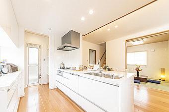 モデルハウスキッチン 広くて明るく機能性の高いキッチンを中心に家族のコミュニケーションが深まりますね。