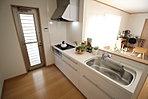 窓付きの明るく爽やかなキッチンスペース。床下収納もございますので、いつでもすっきりとお使い頂けそうです。【ご見学の際は、飯田ホームトレードセンター(株)鷺沼営業所までtel:0120-42-1588】