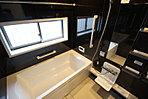 窓付きのバスルームは、採光もあり明るく気持ちの良い空間です。窓があることで、換気環境も良好。掃除もスムーズに出来ます。【ご見学は、飯田ホームトレードセンター(株)までtel:0120-42-1588】