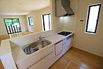 窓付きの明るく爽やかなキッチンスペース。床下収納もございますので、いつでもすっきりとお使い頂けそうです。嬉しい食洗機付きです♪【資料請求は、飯田ホームトレードセンター(株)鷺沼営業所へ】