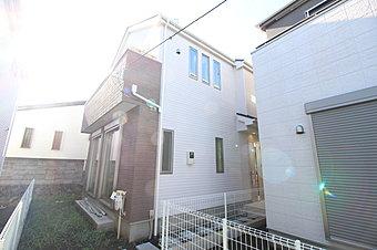 JR横浜線「成瀬」駅 徒歩11分。穏やかな雰囲気漂う住宅街に立地する全2棟。今回2号棟のご紹介です!敷地130m2、ゆとりの住空間♪ブラウンをアクセントにした落ち着いたカラーリングが魅力的です!