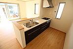 収納力豊富な爽やかなシステムキッチンを用意しております。床下収納もございますので、キッチンスペースをいつでもすっきりとお使い頂けそうです。【資料請求は、飯田ホームトレードセンター(株)鷺沼営業所へ】