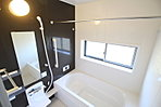 窓付きのバスルームは、採光もあり明るく気持ちの良い空間です。窓があることで、換気環境も良好。掃除もスムーズに出来ます。【資料請求は、飯田ホームトレードセンター(株)鷺沼営業所へ】