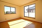 2面採光を確保した明るい室内は、風通しも良く、大変居心地の良い空間となっております。爽やかな風を感じて起きる朝は、快適生活の始まりに!【資料請求は、飯田ホームトレードセンター(株)鷺沼営業所へ】