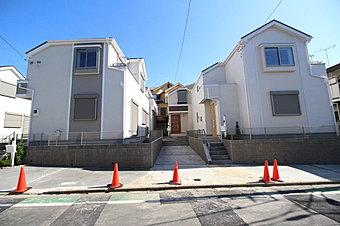 JR横浜線「成瀬」駅 徒歩9分。穏やかな雰囲気漂う閑静な住宅街に、ゆとりの広さを備えた、全6棟の新築分譲住宅が完成致します♪A・B・D・F号棟はカースペースが2台分(車種による)ございます!