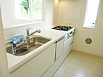 カウンターキッチン、食器洗い乾燥機や浄水器も標準装備(施工例)